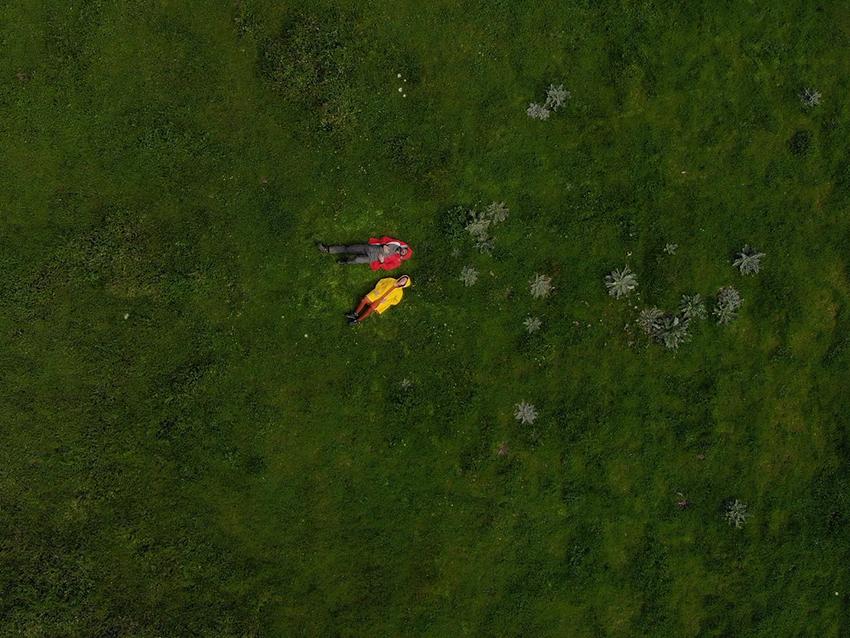 o que veem as nuvens, duas pessoas deitadas na relva